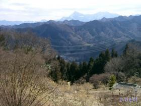 [写真]福寿草・ロウバイ園から見た武甲山方向