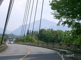 [写真]橋越しに見た武甲山