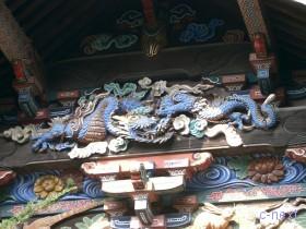[写真]鎖を巻かれた「つなぎの龍」