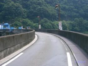 [写真]堰堤上の道