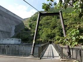 [写真]ダム下のつり橋