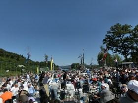 [写真]多くの人で賑わう椋神社前