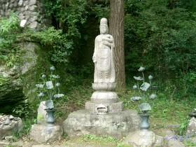 [写真]真福寺参道の観音像