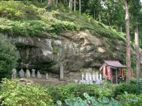 [写真]石仏と文殊堂