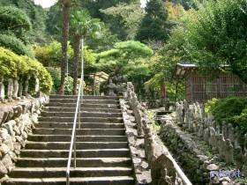 [写真]山門先の石段