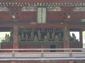 [写真]山門上層の西国三十三ヶ所本尊