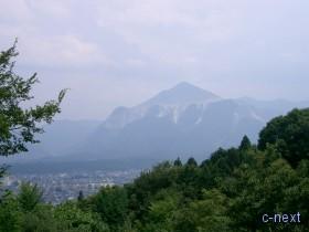 [写真]納経所近くから見た武甲山