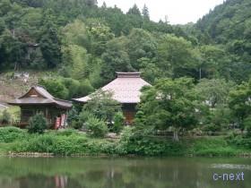 [写真]弁天池と久昌寺本堂