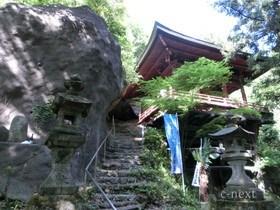 [写真]下から見た岩井堂