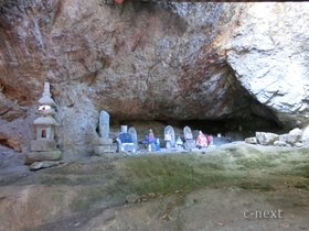 [写真]岩陰の石仏