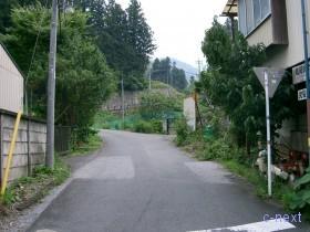 [写真]白久駅前の道