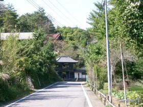[写真]山門への道