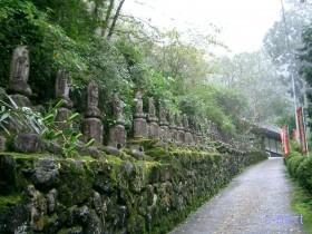 [写真]水潜寺参道の三十三観音