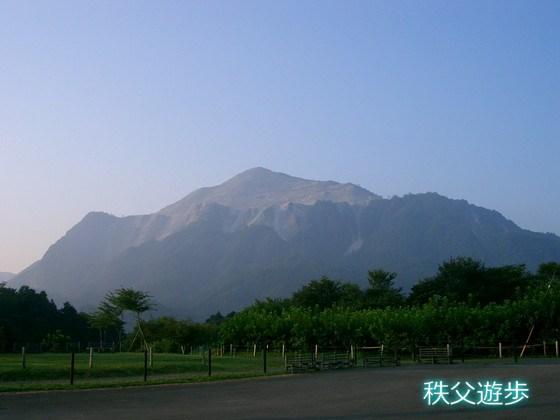 写真:石灰岩の山 武甲山