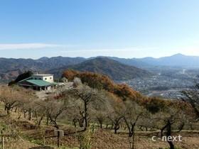 [写真]山頂駅と秩父の山々