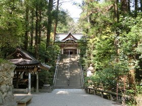 [写真]手水舎と階段