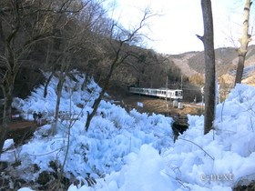 [写真]氷柱と西武線電車