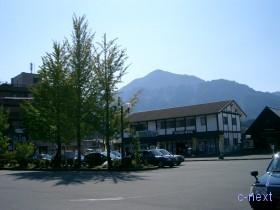 [写真]武甲山を背にする秩父観光情報館
