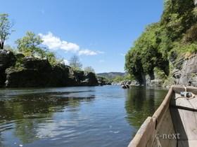 [写真]舟からみた岩畳付近の景色