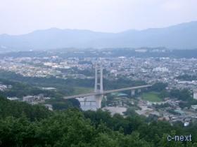 [写真]ミューズパーク展望台から見た秩父公園橋
