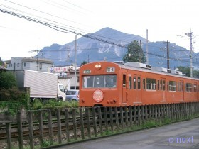 [写真]秩父線の1000系電車と武甲山