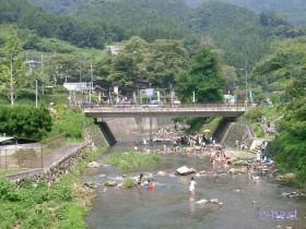[写真]道の駅の前を流れる横瀬川