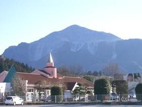 [写真]道の駅と武甲山