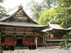 [写真]横から見た拝殿と本殿