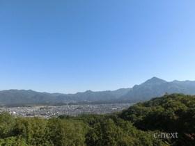 [写真]市街地と山々