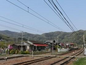 [写真]秩父の山並みと駅
