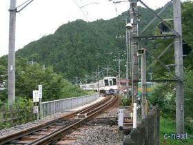 [写真]東吾野駅付近を走る電車