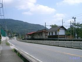 [写真]国道と並ぶ駅