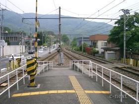 [写真]改札口から見た駅の踏切