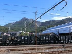 [写真]武甲山と石灰石運搬用の貨車