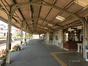 [写真]レールの柱の上屋