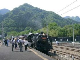 [写真]三峰口駅で出発を待つSL