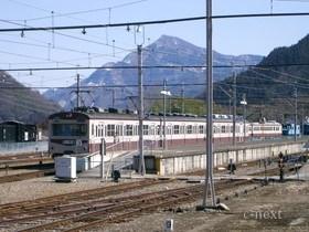 [写真]武甲山を背にした1000系電車