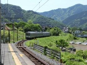 [写真]山里を走る秩父線電車
