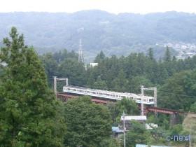 [写真]浦山川橋梁を渡る1000系電車