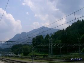 [写真]西武線横瀬駅 ホームから見た武甲山